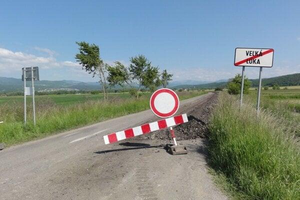 Cesta medzi Veľkou Lúkou a Hronsekom je pre jej opravu neprejazdná.