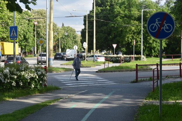 Koniec cyklochodníka pred priechodom pre chodcov. Eurovelo má zmeniť v tomto úseku trasovanie.