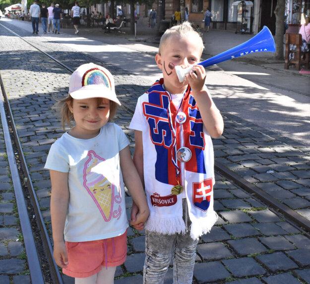 V košických uliciach fandili našim hokejistom počas včerajšieho zápasu s USA aj títo zanietení fanúšikovia.