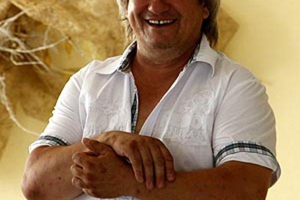 Šéf močenského futbalu Ľudovít Hochel si mädlí ruky, jeho mužstvo splnilo postupový cieľ.