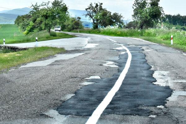 Takto vyzerá provizórne opravená cesta pri Vyšnej Kamenici. Tester tlmičov alebo hrkálka, aj tak ju volajú miestni.