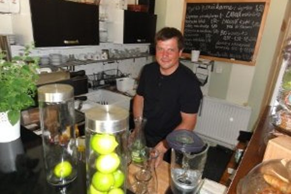 Mentálne postihnutý Roman Valkovič dostal v 28. rokoch prvú pracovnú príležitosť - robí čašníka.