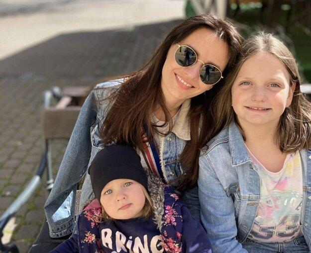 Nikola je mamou dvoch dcér.