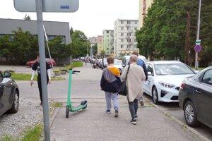 Kolobežky treba odstaviť na kraji chodníka, aby neprekážali chodcom.