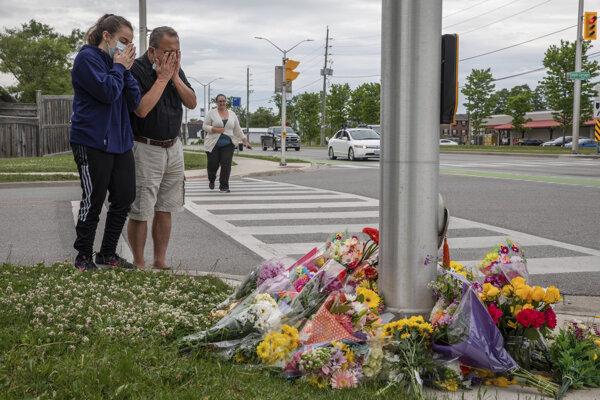 Ľudia si prišli uctiť pamiatku obetí.