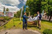 Primátor Krupiny Radoslav Vazan (vľavo) aOndrej Lunter odhaľujú lavičku na Svätotrojičnom námestí vKrupine.