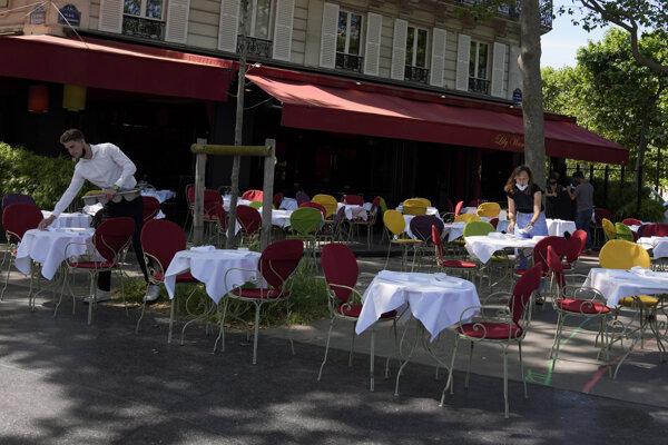 Príprava na otvorenie reštauračnej terasy v Paríži