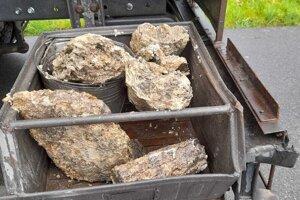 Pracovníci vytiahli zkanalizácie veľké kusy nánosov, ktoré pripomínali kamene.