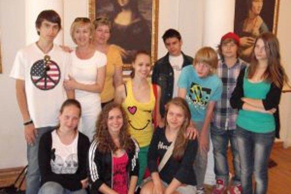 Učiteľka Miroslava KOšťálová so svojimi žiakmi - vo voľnom čase na výstave Leonarda da Vinciho v Košiciach.