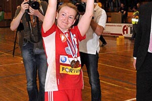 Kapitánka Bérešová s pohárom za druhé miesto.