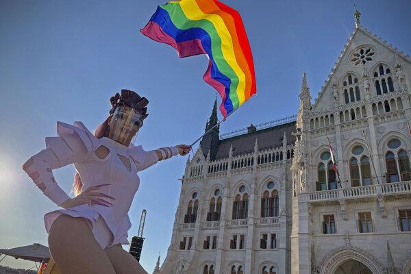 Protest na budapeštianskom Kossuthovom námestí proti návrhu zákona vládnej strany Fidesz, ktorý žiada, aby bolo v školách zakázané šírenie obsahu propagujúceho zmenu pohlavia alebo homosexualitu.