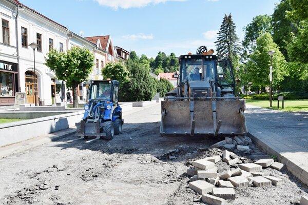 V Brezne opravujú cestu na námestí.