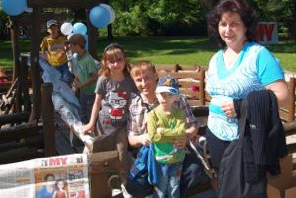 Vlaňajší Deň detí v parku navštívili s deťmi aj Lámošovci z Nitry - na snímke pri novinárskom bludisku.