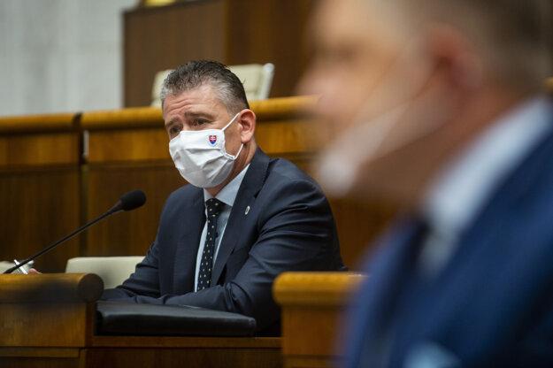 Minister vnútra Roman Mikulec a poslanec Robert Fico.