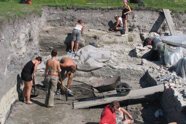 Vykopávky v lokalite starovekého rímskeho tábora Kelemantia (Leányvár) nachádzajúceho sa blízko obce Iža.