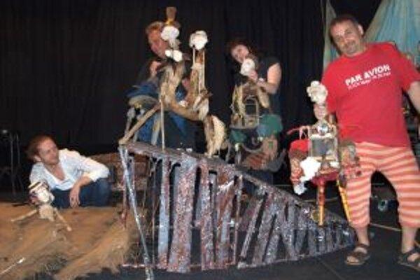 Herci SDKS počas skúšky predstavenia Deti kapitána Granta.