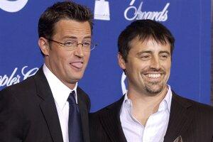 Matthew Perry (vľavo) a Matt LeBlanc pózujú s trofejou pre najlepší komediálny seriál na 30. ročníku slávnostného vyhlasovania diváckej ankety People's Choice Awards 11. januára v kalifornskej Pasadene.