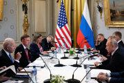 Americký prezident Joe Biden (vľavo) a ruský prezident Vladimir Putin počas rokovaní v Ženeve.