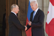 Ruský prezident Vladimir Putin (vľavo) a americký prezident Joe Biden pred rokovaním v Ženeve.