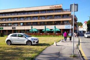 Takto stojí Kia na zelenej ploche v centre Piešťan.