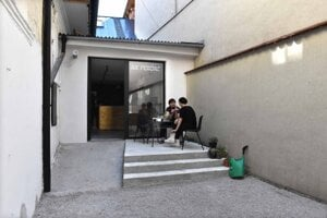 Vo vnútri sa nachádza malá záhradka, bude sa využívať pre kultúru.