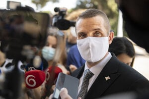 Na snímke štátny tajomník Ministerstva zahraničných vecí  Martin Klus (SaS) odpovedá na otázky novinárov počas príchodu na zasadnutie Ústredného krízového štábu.