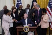 Americký prezident Joe Biden pri podpise návrhu zákona, ktorý zavádza sviatok na počesť zrušenia otroctva.