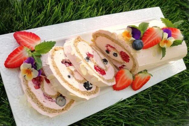 Mandľová roláda s tvarohovou plnkou a čerstvým ovocím