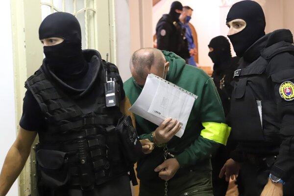 Eskorta odvádza počas prestávky z pojednávacej miestnosti Slavomíra W. na Špecializovanom trestnom súde 28. septembra 2020 v Banskej Bystrici. Pred senát Špecializovaného trestného súdu (ŠTS), pracovisko Banská Bystrica, sa v pondelok postavilo sedem členov zločineckého gangu zo Serede, ktorý sa zaoberal distribúciou drog a polícia ich zadržala v rámci rozsiahlej akcie Venal.