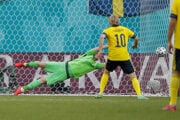 Martin Dúbravka dostáva gól z penalty v zápase Slovensko - Švédsko na ME vo futbale (EURO 2020 / 2021).