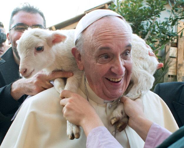 Pápež František má láskavý zmysel pre humor.