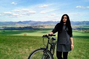 Veronika obľubuje výlety na bicykli.