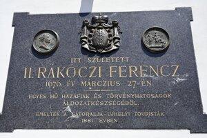 Pamätná tabuľa na budove zrekonštruovaného kaštieľa v obci Borša v okrese Trebišov.
