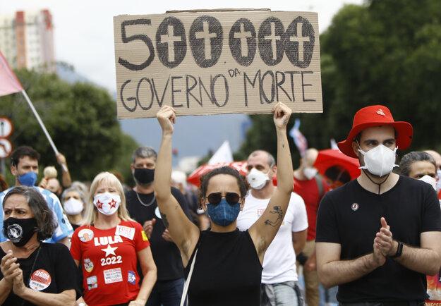 Po tom, ako počet obetí súvisiacich s covidom prekonal v Brazílii pol milióna, vyšli do ulíc tisíce Brazílčanov, ktorí protestovali proti politike prezidenta Jaira Bolsonara.