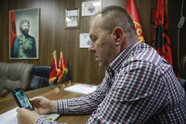 Vedúci Únie vojnových veteránov Kosovskej oslobodzovacej armády (UČK) Hysni Gucati sa pozerá na fotografiu bývalého veliteľa UČK Saliho Mustafu po oznámení o jeho zatknutí počas rozhovoru pre agentúru AP 24. septembra 2020 v Prištine.