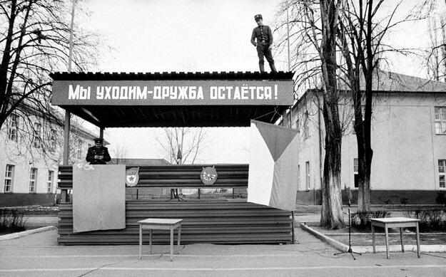 Ochádzame, ale priateľstvo ostáva. Takýmto heslom umiestneným nad tribúnou sa s Rožňavou lúčili sovietski vojaci.vojaci.