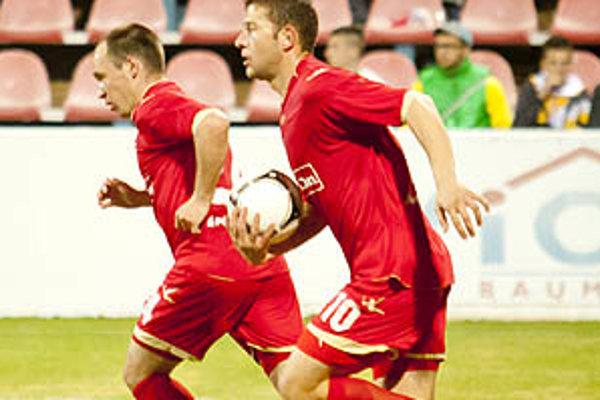 Andrej Hodek (vpravo) strelil v sobotu tri góly. Vionisti prehrávali už 1:5, neskôr mohutne finišovali, ale prehru neodvrátili.