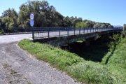 Poškodený most pri obci Sirník.