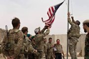 Spúšťanie americkej vlajky, keď americkí vojaci odovzdávajú techniku afganským bezpečnostným zložkám v provincii Helmand na juhu Afganistanu v nedeľu 2. mája 2021.