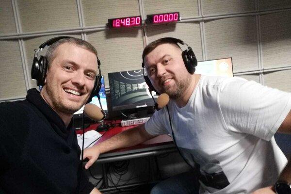 Tomáš Mažár (vpravo) s televíznym redaktorom Petrom Zagibom.