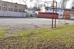 Dnes je na mieste, kde má športovisko stáť, asfaltové ihrisko.