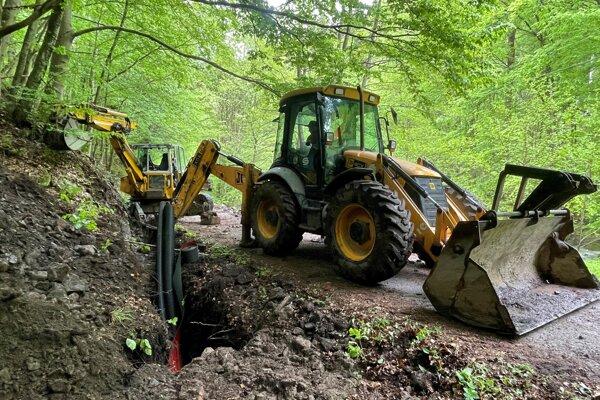 Zakopávanie kábla vysokého napätia pri Močiari.