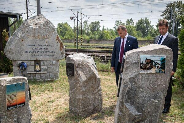 Minister dopravy Andrej Doležal a predseda parlamentu Boris Kollár počas odhaľovania pamätníka železničiarov.