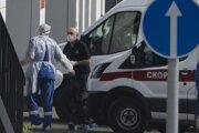 Zdravotník sprevádza pacienta do moskovskej nemocnice Kommunarka.