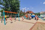 Deti vo Fiľakove sa dočkali nového ihriska.