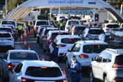Ľudia čakajú autách na testovanie proti Covidu. Niektoré časti Sydney sa zatvárajú.