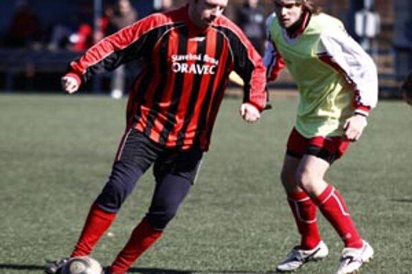 Peter Greguš (v červenom) prispel k víťazstvu Krtoviec nad ČFK Nitra 4:2 dvoma gólmi.