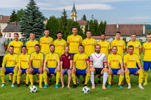 Futbalisti TJ Tatran VLM PLiešovce, ktorým po 13. kolách skrátenej sezóny 2020/2021 patrí 8. miesto.