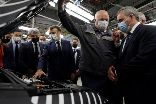 Bertrand (vpravo) na návšteve automobilky spolu s prezidentom Macronom (tretí zľava)