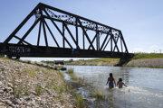 Záber na zavlažovací kanál v kanadskom meste Chestermere. Kanadu a severozápad USA zasiahla v uplynulých dňoch vlna bezprecedentných horúčav. Úrady evidujú desiatky náhlych úmrtí a horúčavy nezvláda ani miestna infraštruktúra.